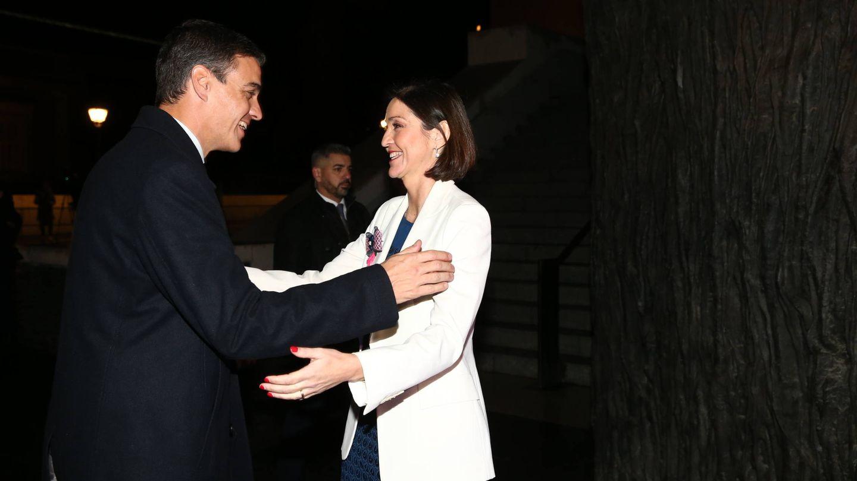 El presidente del Gobierno, Pedro Sánchez y la ministra de Industria, Reyes Maroto, se saludan en el acto de bienvenida de Fitur 2019, en el Museo del Prado, el pasado 22 de enero. (Moncloa)