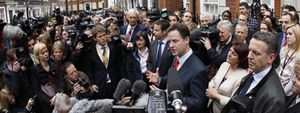 Brown intenta seducir a Clegg, pero el liberal ofrece su apoyo a Cameron