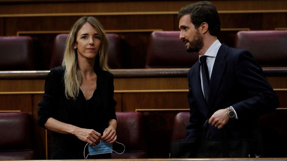 Foto: El líder del PP, Pablo Casado (d), y la portavoz parlamentaria popular, Cayetana Álvarez de Toledo, en el Congreso. (EFE)