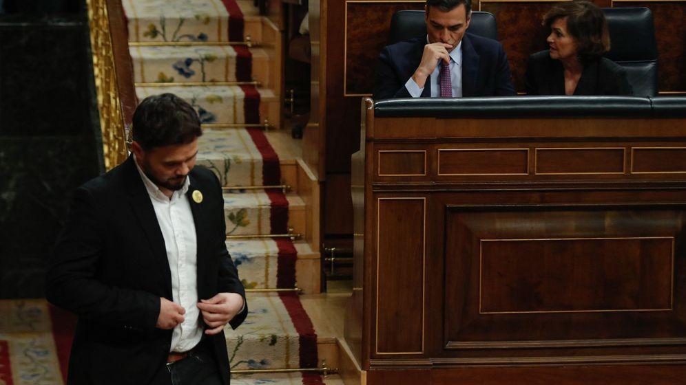 Foto: El portavoz de ERC, Gabriel Rufián, abandona la tribuna de oradores ante el candidato a la Presidencia del Gobierno, Pedro Sánchez (2d). (EFE)