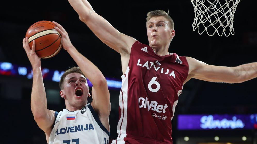 Foto: Doncic y Porzingis en un partido entre Eslovenia y Letonia en el EuroBasket 2017. (Reuters)