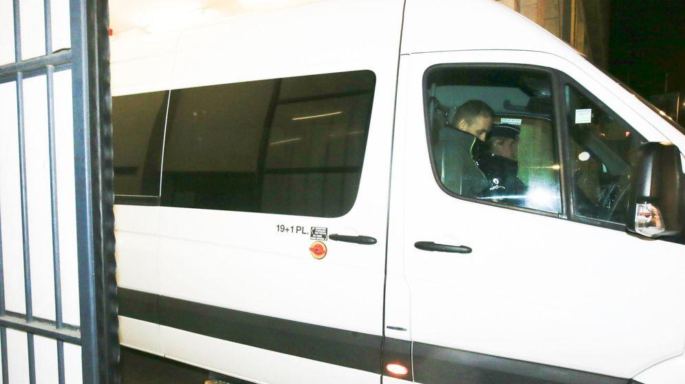 Foto: Una furgoneta con el expresidente de la Generalitat Carles Puigdemont y sus cuatro exconsejeros abandona la sede de la Fiscalía de Bruselas. (EFE)