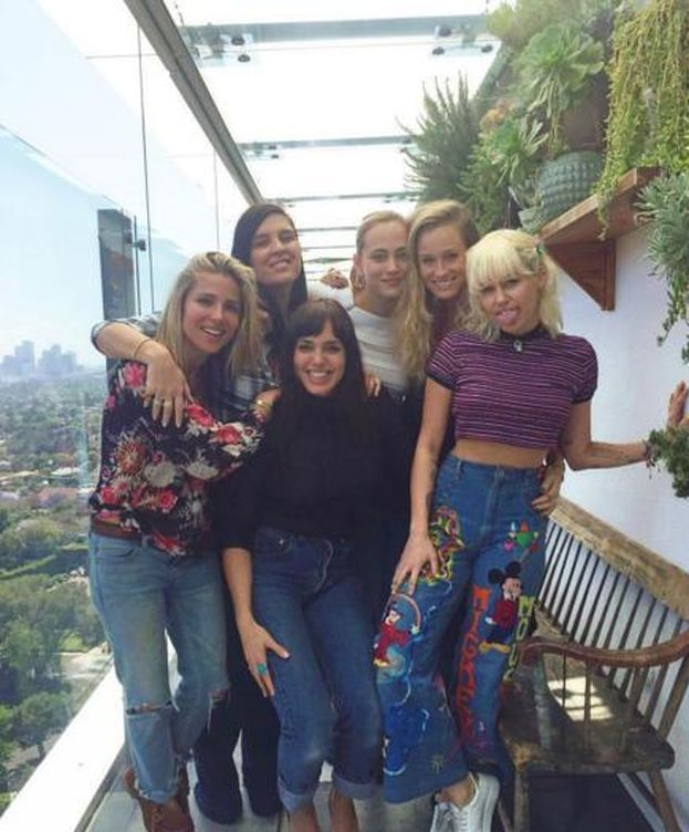 Foto: Elsa Pataky y Miley Cyrus con sus amigas (Gtres)