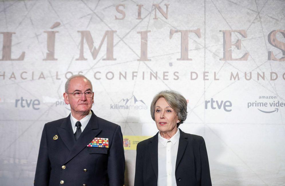 Foto: Rosa María Mateo, administradora única de RTVE, y el almirante Teodoro López Calderón, este 20 de febrero en la presentación de la serie 'Sin límites'. (EFE)