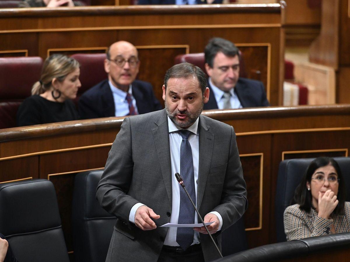 Foto: El ministro de Transporte, José Luis Ábalos, en la sesión de control al Gobierno. (EFE)