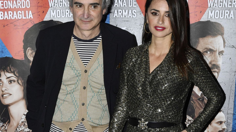Assayas y Penélope Cruz, durante el estreno francés de 'La red Avispa'. (Cordon Press)