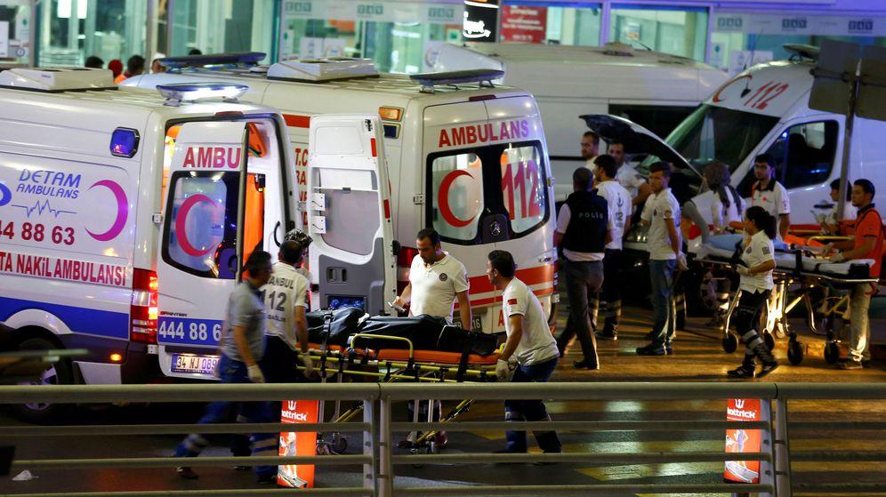 Foto: Un herido es trasladado al hospital tras el atentado en el principal aeropuerto de Estambul. (EFE)