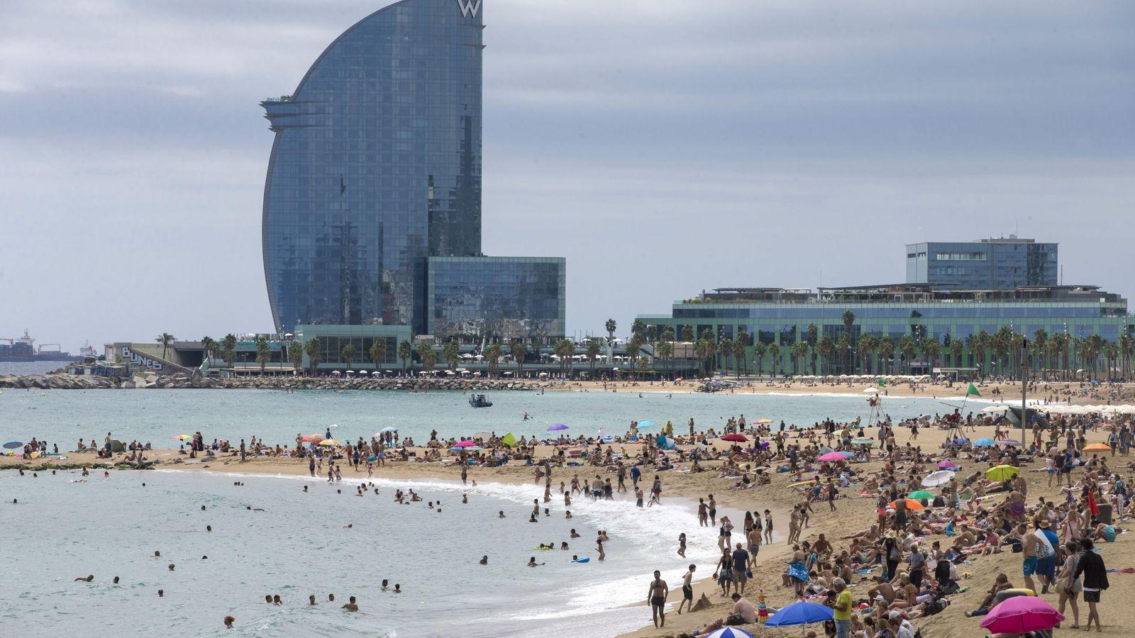 Foto: Vista de la playa de la Barceloneta. (Foto: EFE).