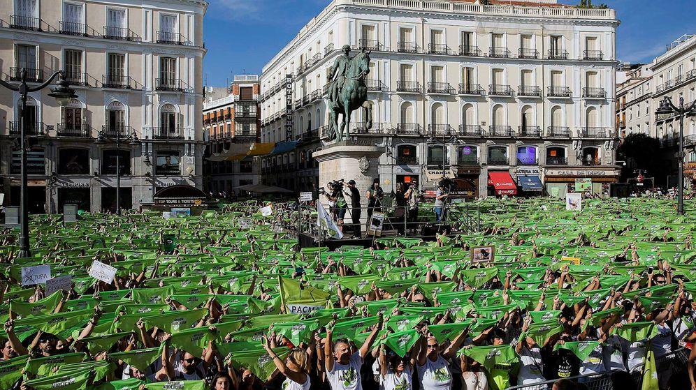 Foto: Concentración del PACMA en la madrileña Puerta del Sol para pedir que llegue el fin de las injusticias contra los animales. (EFE)