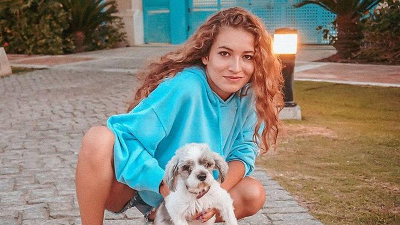 Carlota posa en sus redes sociales con su perrita Gilda. (Instagram @carlotabmendo)