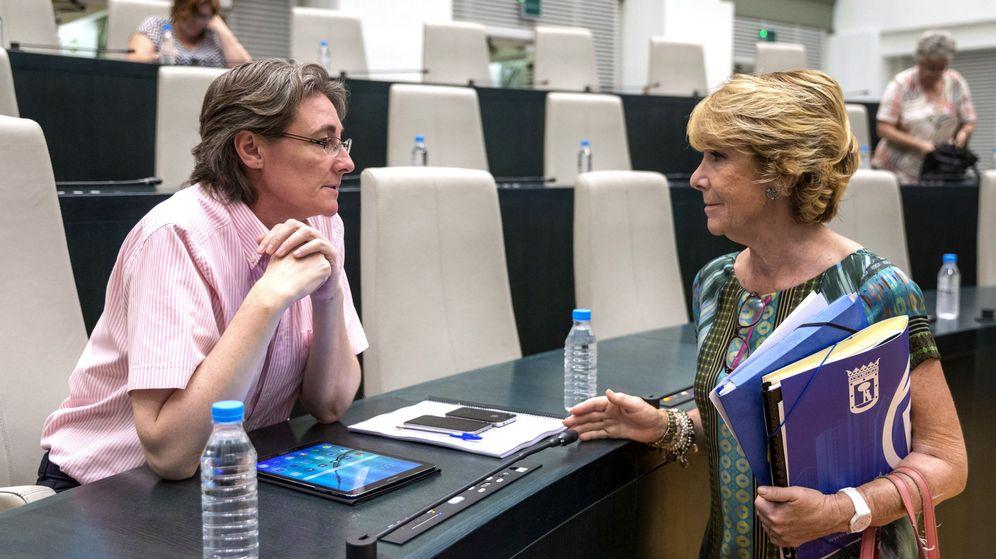 Foto: La portavoz del PP en el Ayuntamiento de Madrid, Esperanza Aguirre (d), conversa con la teniente de alcalde de Madrid, Marta Higueras (i), a su llegada al debate sobre el estado de la ciudad. (EFE)