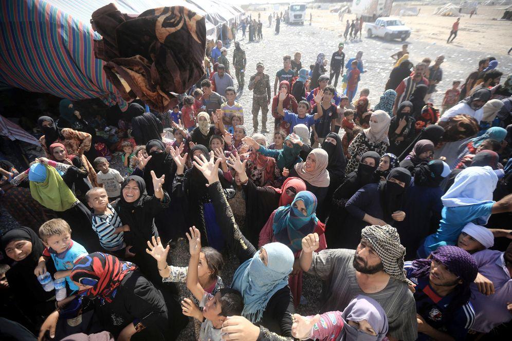 Foto: Iraquíes desplazados por la violencia del ISIS reciben ayuda humanitaria en Al-Shirqat, al sur de Mosul, el 30 de julio de 2016 (Reuters).