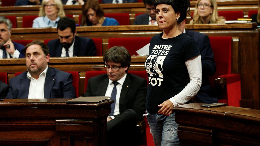Foto: El presidente Carles Puigdemont y la política de la CUP Anna Gabriel. (Reuters)