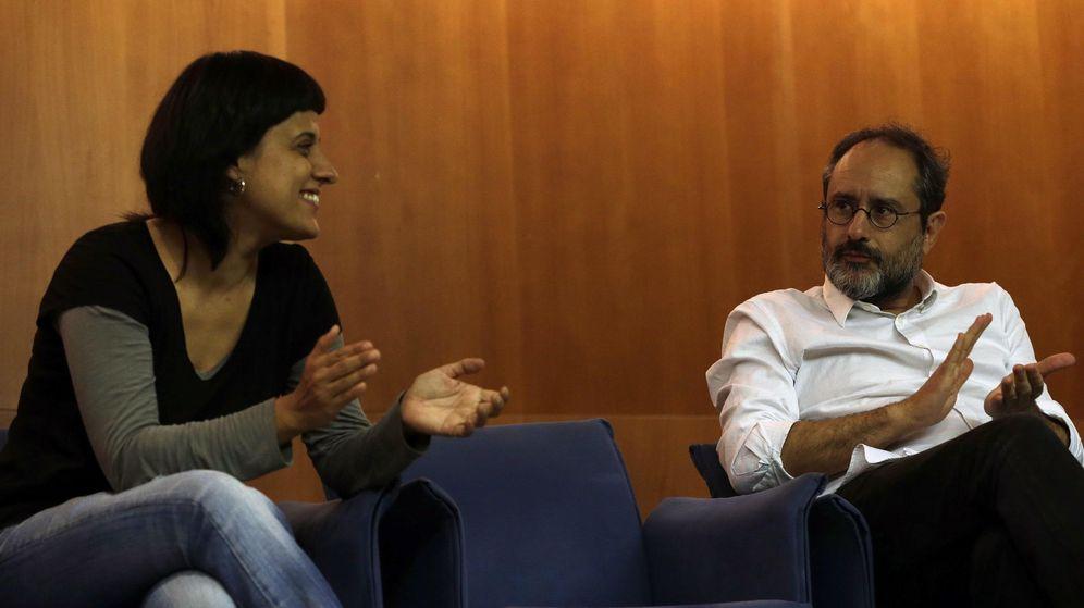 Foto: El cabeza de lista y diputado electo Antonio Baños (d) y Anna Gabriel dan a conocer sus criterios en la negociación con Junts pel Sí. (EFE)