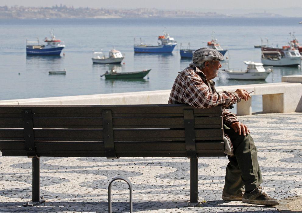 Foto: Un jubilado portugués fuma un cigarro sentado frente a la bahía de Cascais, un día de marzo de 2012. (Reuters)
