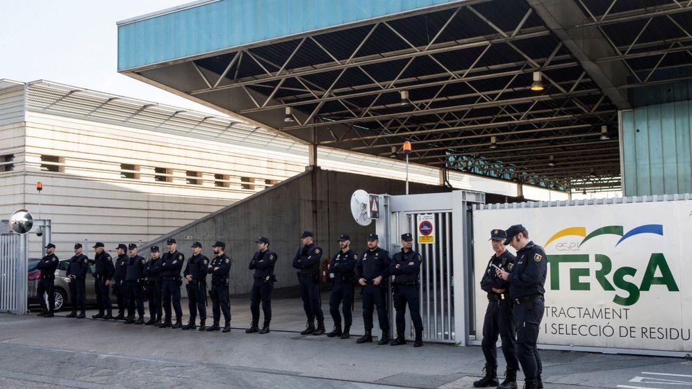 Foto: Más de una veintena de efectivos de la Policía Nacional impidieron que los Mossos d'Esquadra quemaran documentos en una incineradora de Sant Adrià de Besòs. (EFE)