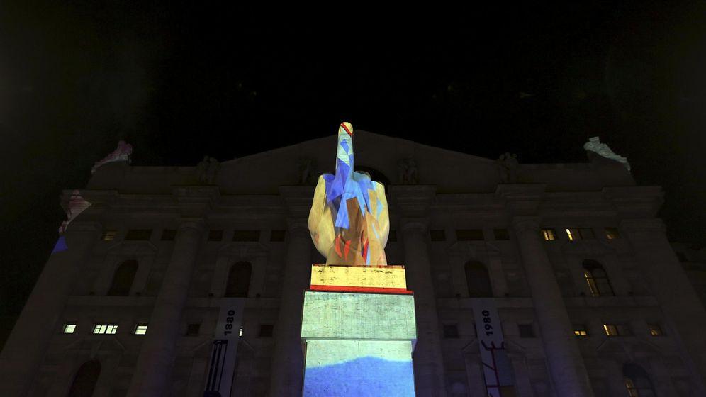 Foto: La escultura 'L.O.V.E.' de Maurizio Cattelan frente al palacio de la bolsa de Milán. (Reuters)