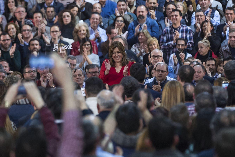 Foto: Susana Díaz, aclamada por alcaldes, concejales y militantes socialistas, este 11 de febrero en el pabellón de la Fundación ONCE de Madrid. (EFE)