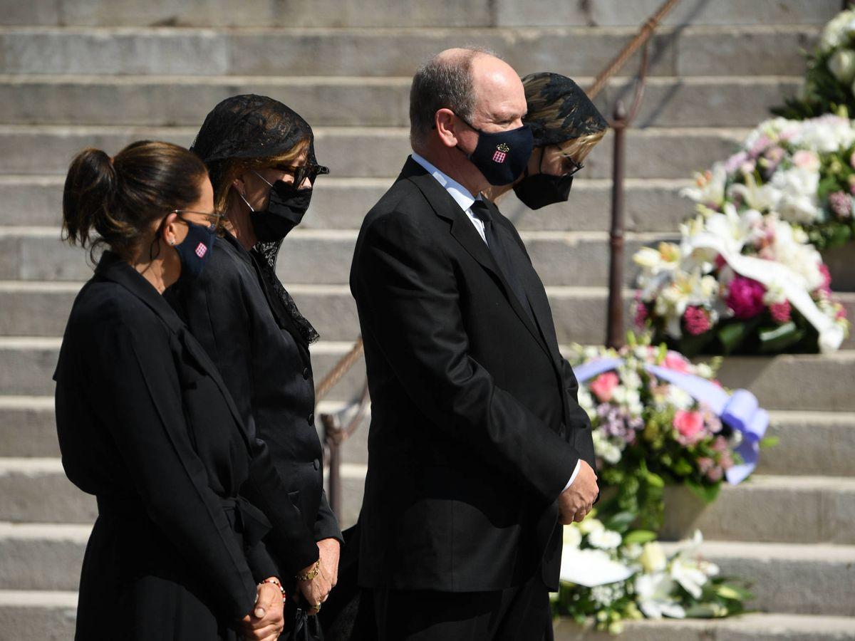 Foto: Estefanía, Carolina, Alberto y Charlène de Mónaco, en el funeral de Elisabeth de Massy. (Getty)