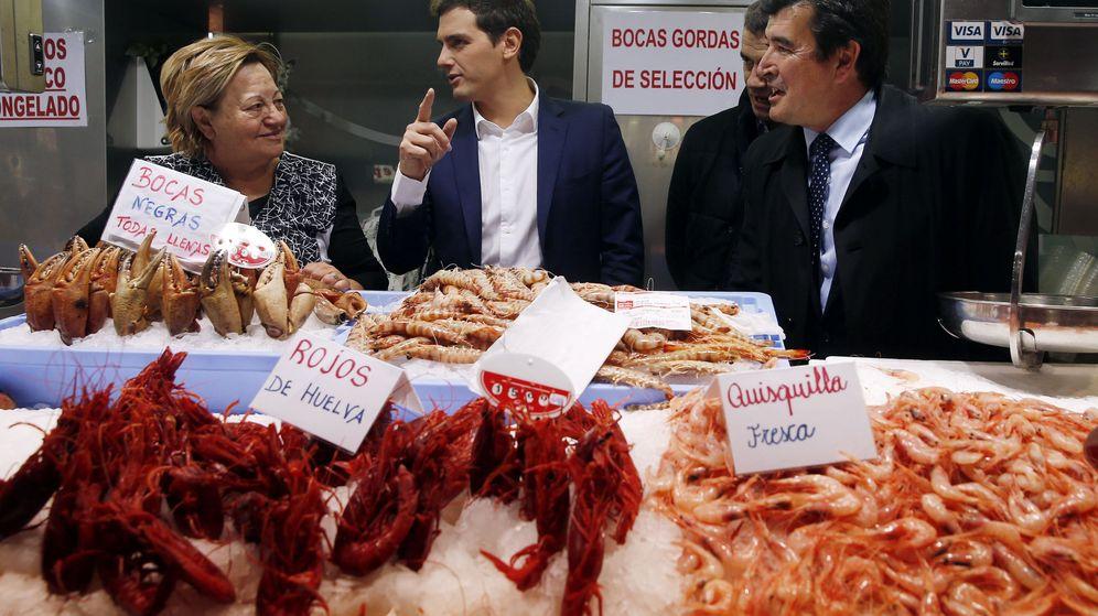 Foto: El presidente de Ciudadanos, Albert Rivera, junto al portavoz autonómico Fernando Giner (d) en su visita al Mercado Central de Valencia. (EFE)