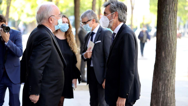 El presidente del Supremo y del CGPJ, Carlos Lesmes (d), y el presidente de la Asociación de Academias de la Lengua Española, Santiago Muñoz Machado (i). (EFE)