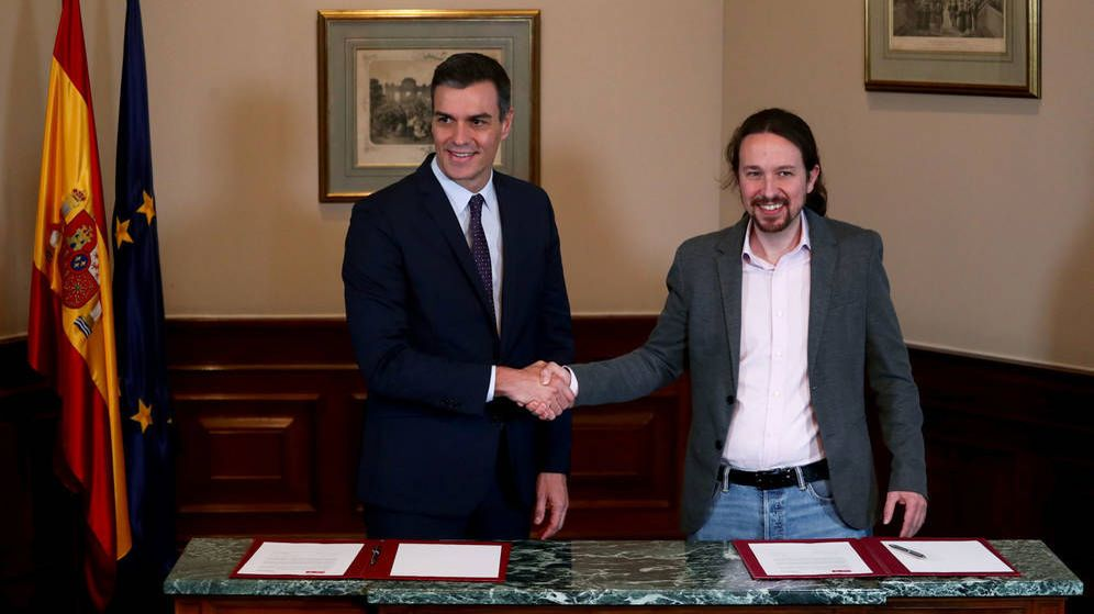 Foto: Pedro Sánchez y Pablo Iglesias tras la firma del preacuerdo para la formación de un Gobierno de coalición. (Reuters)