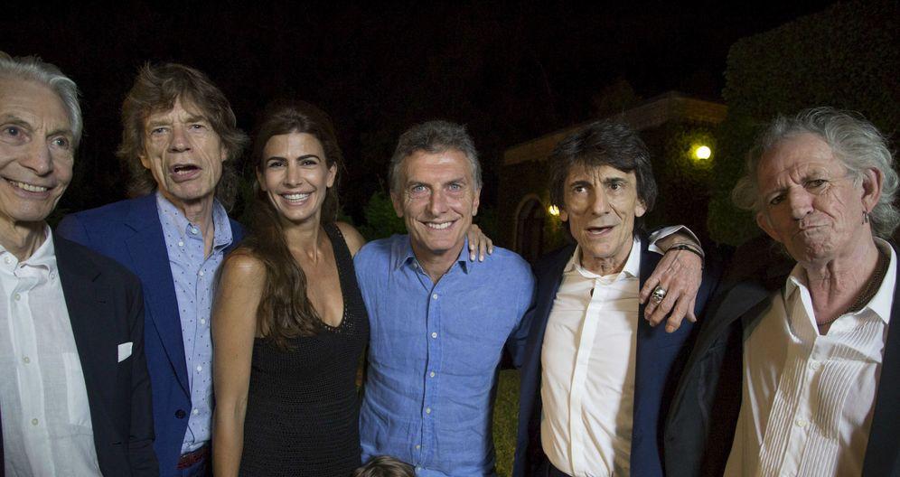 Foto: El presidente argentino, Mauricio Macri, posa junto a los Roling Stones en su casa, el 14 de febrero de 2016. (Reuters)