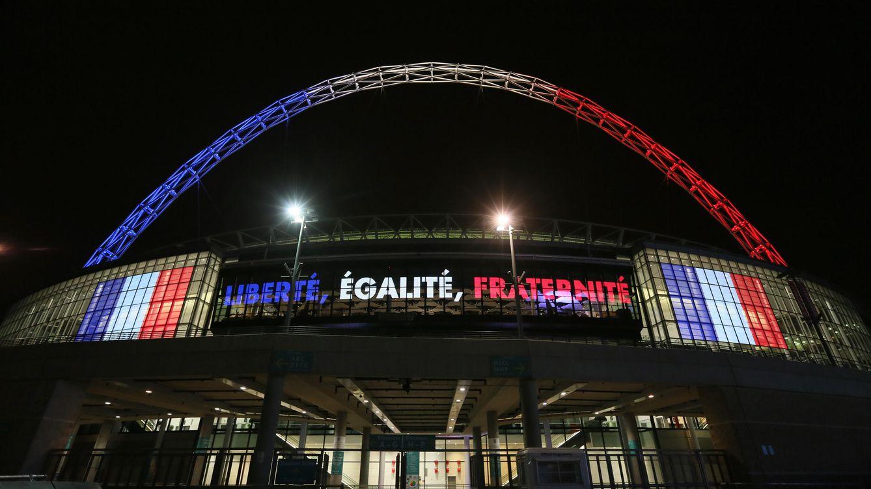 Foto: Wembley, con los colores de la bandera francesa en su arco. (Reuters)
