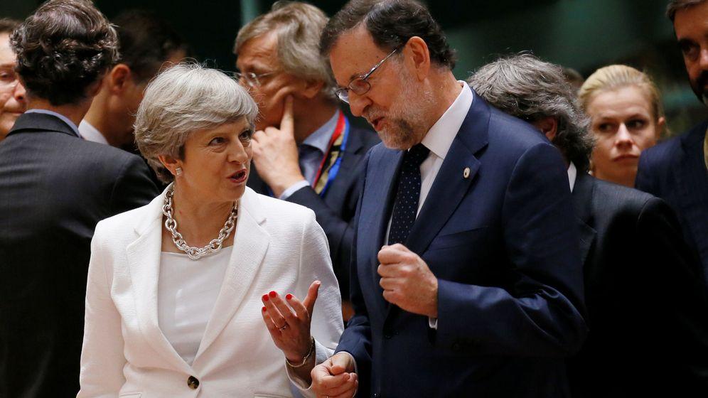 Foto: Rajoy con Theresa May en una cumbre europea. (Reuters)