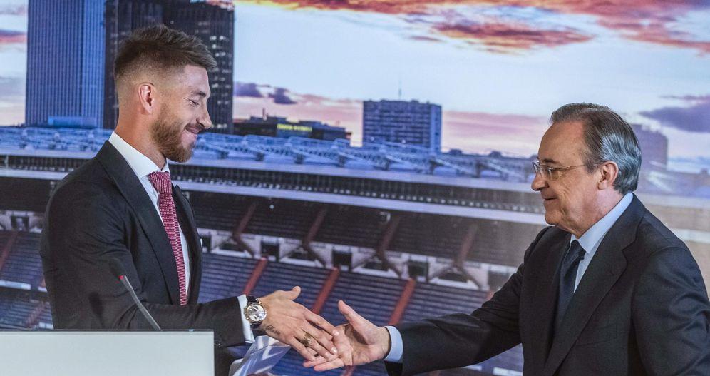 Foto: Sergio Ramos junto a Florentino Pérez, durante el acto de renovación del defensa (EFE)