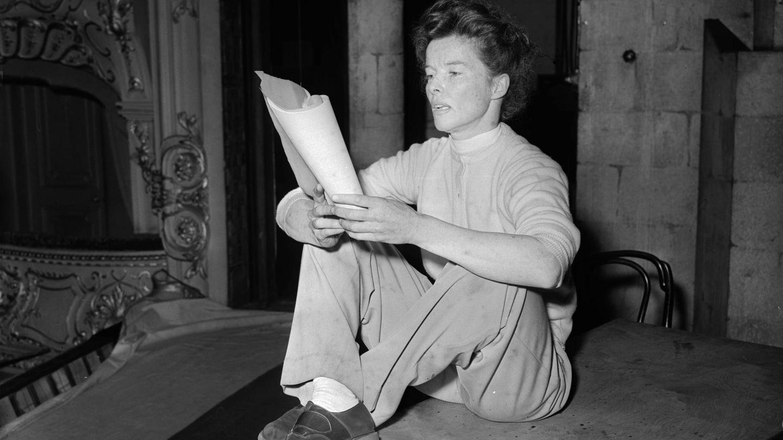 Katharine Hepburn, ensayando un guion en 1952. (Getty)