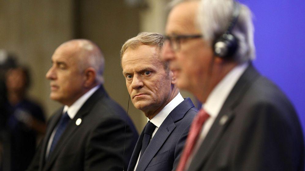 Foto: Jean-Claude Juncker, Donald Tusk y el primer ministro búlgaro Boiko Borísov, en la Cumbre de los Balcanes de Sofía, el 17 de mayo de 2018. (Reuters)