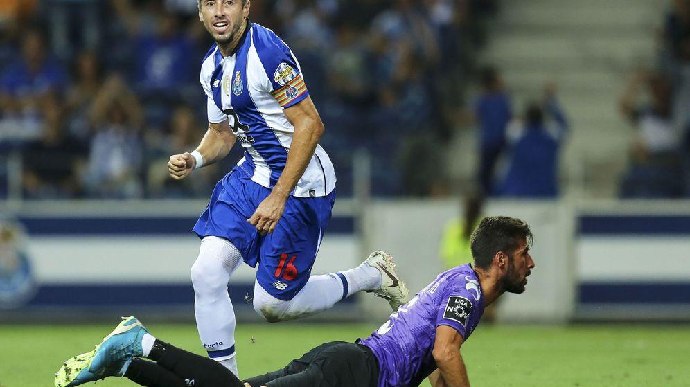 Foto: Héctor Herrera durante un partido de la Liga portuguesa. (Efe)