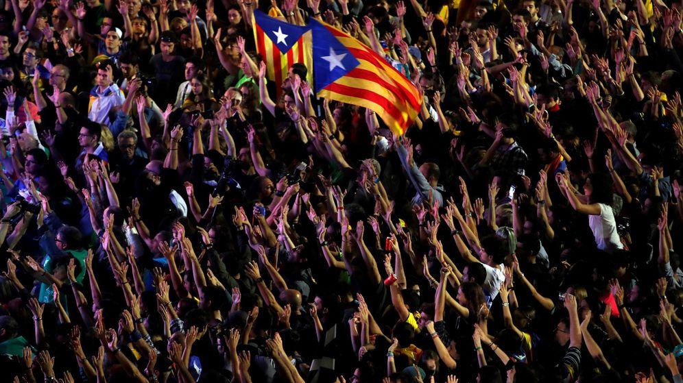 Foto: Miles de manifestantes festejan en la plaza Sant Jaume la declaración de independencia. (EFE)