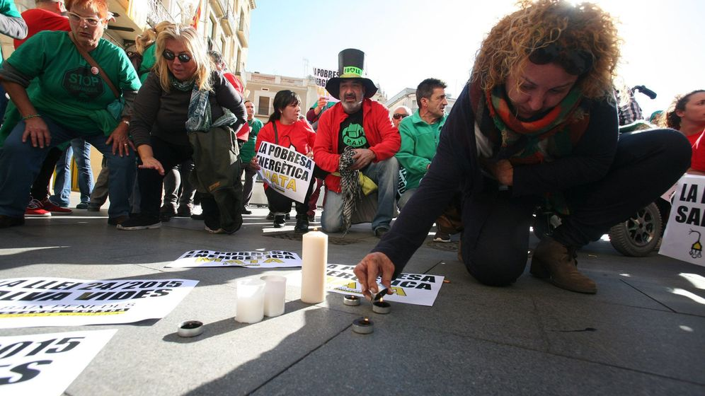 Foto: Una concentración condena la muerte de la anciana de Reus. (EFE)