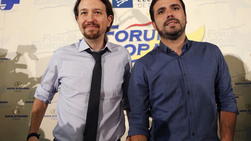 Foto: El líder de Podemos, Pablo Iglesias,acompañado por el coordinador federal de Izquierda Unida y compañero de coalición en las proximas elecciones generales, Alberto Garzón, este lunes durante un desayuno informativo. (EFE)