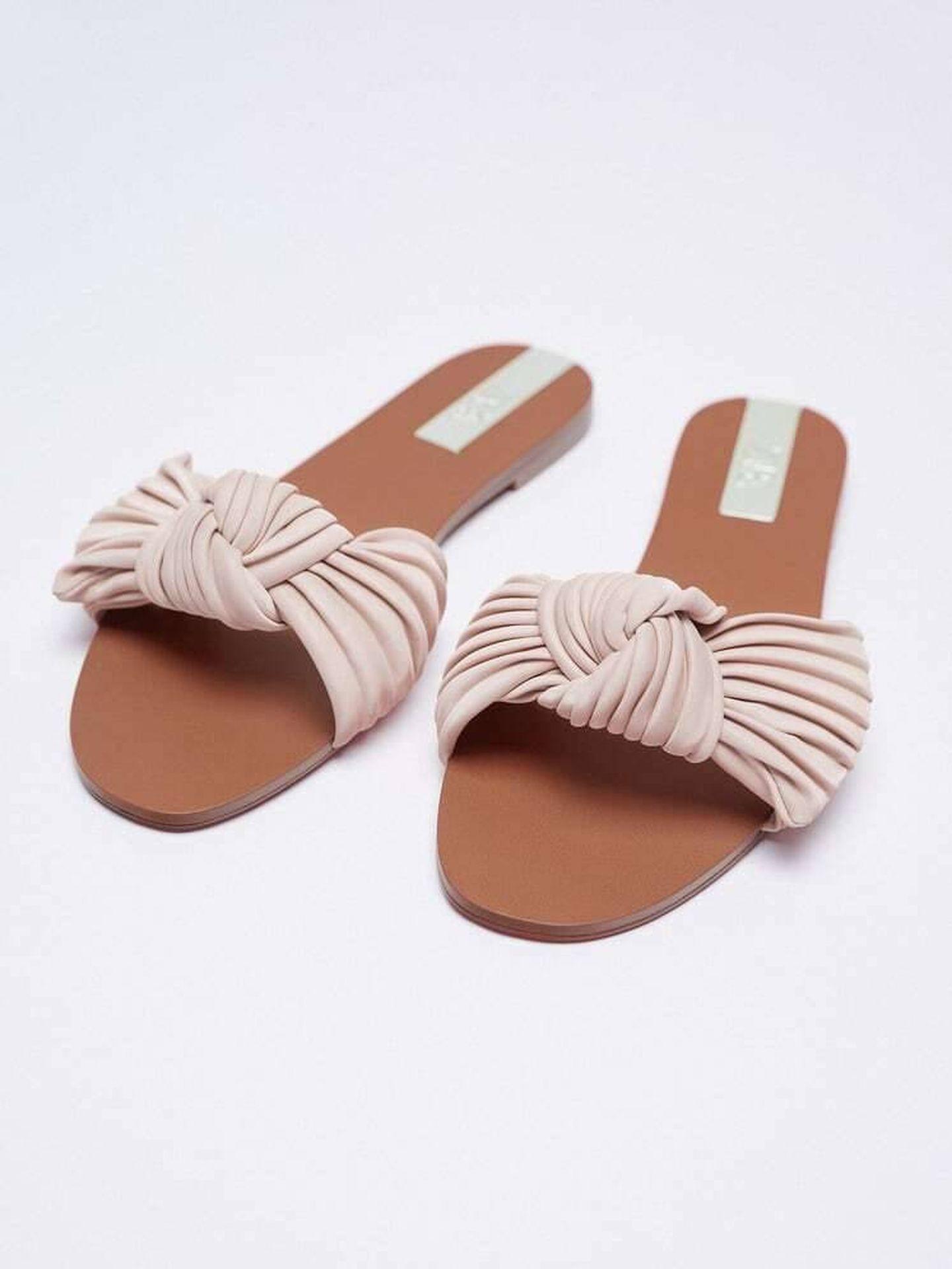Las sandalias planas de Zara. (Cortesía)