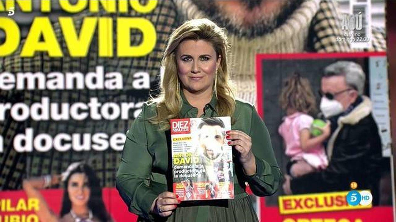 Carlota Corredera, con la portada de Antonio David Flores. (Mediaset)