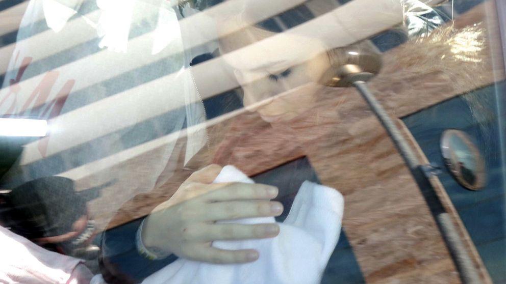 Kiko Rivera e Irene Rosales abandonan el hospital con Ana en brazos