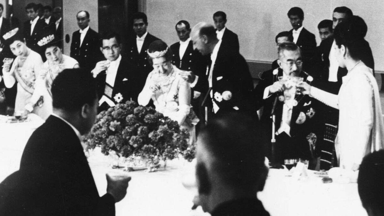 Los reyes de Afganistán brindan con los emperadores de Japón en abril de 1969. (Getty)