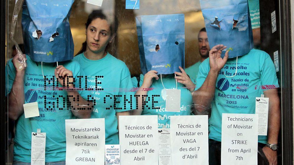Foto:  Varios trabajadores subcontratados por Telefónica encerrados en el Mobile World Center. (Efe)