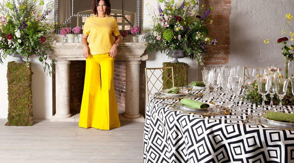 Foto: Samantha Vallejo-Nágera lleva un top de lentejuelas amarillo de Zara, pantalón de Massimo Dutti, zapatos de Manolo Blahnik y pendientes de Uterqüe. La mesa y mantel son de Durbanity y las flores de Aquilea.