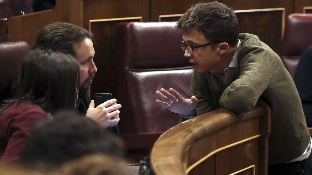 Foto: El secretario general de Podemos, Pablo Iglesias (i), conversa con el diputado de Podemos Iñigo Errejón (d) durante un pleno del Congreso de los Diputados. (EFE)