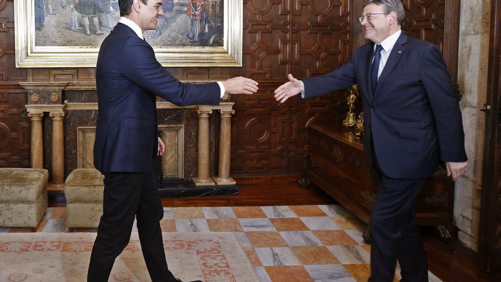 Foto: Ximo Puig recibe a Pedro Sánchez en el Palau de la Generalitat Valenciana, este 19 de mayo. (EFE)