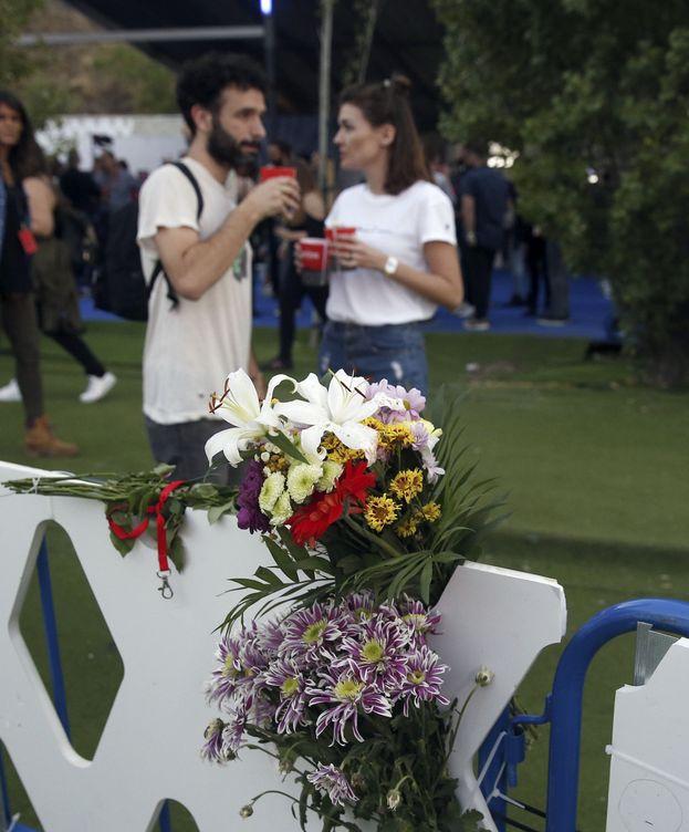 Foto: Ramos de flores en una valla cercana al lugar donde falleció el acróbata Pedro Aunión en el Mad Cool. (EFE)