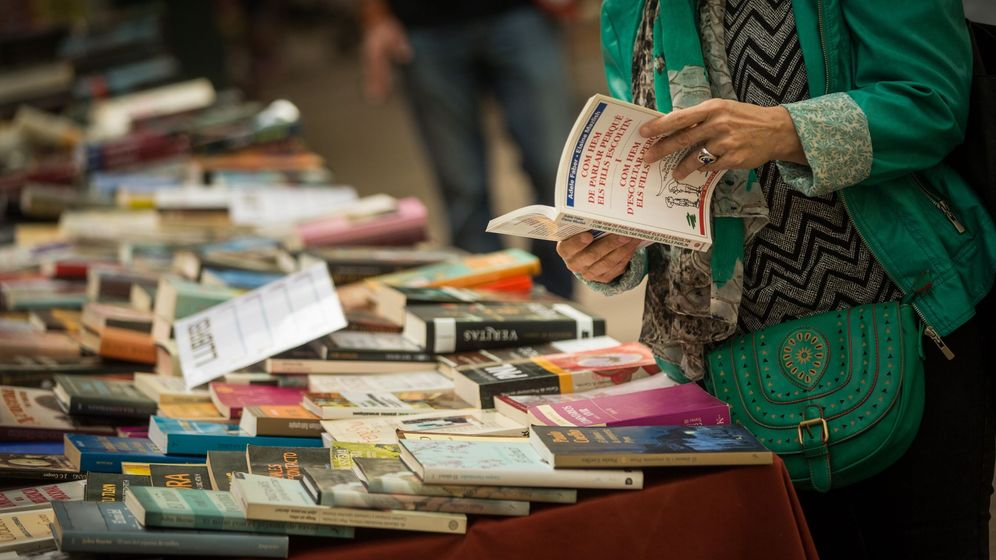 Foto: Una lectora busca su dosis entre los libros a la venta en el Sant Jordi del pasado año en Barcelona. (EFE)