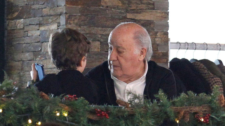 Amancio Ortega con su nieto, de espaldas. (efe)