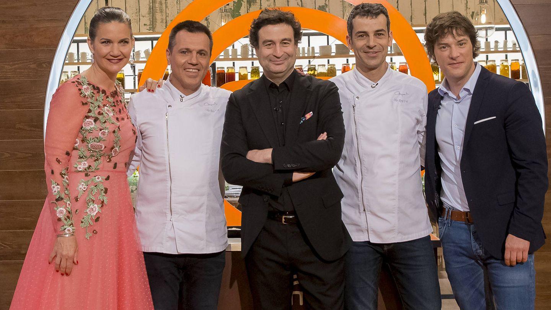 El jurado de 'MasterChef', junto a los dos chefs invitados. (TVE)