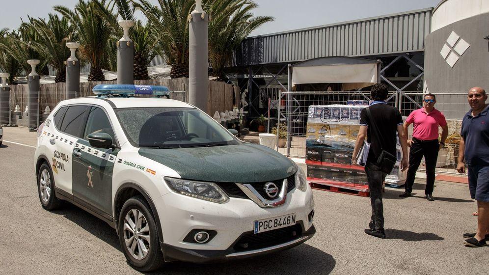 Foto: Un sospechoso detenido tras el hallazgo del cuerpo de una mujer en una finca de Cádiz. (Efe)