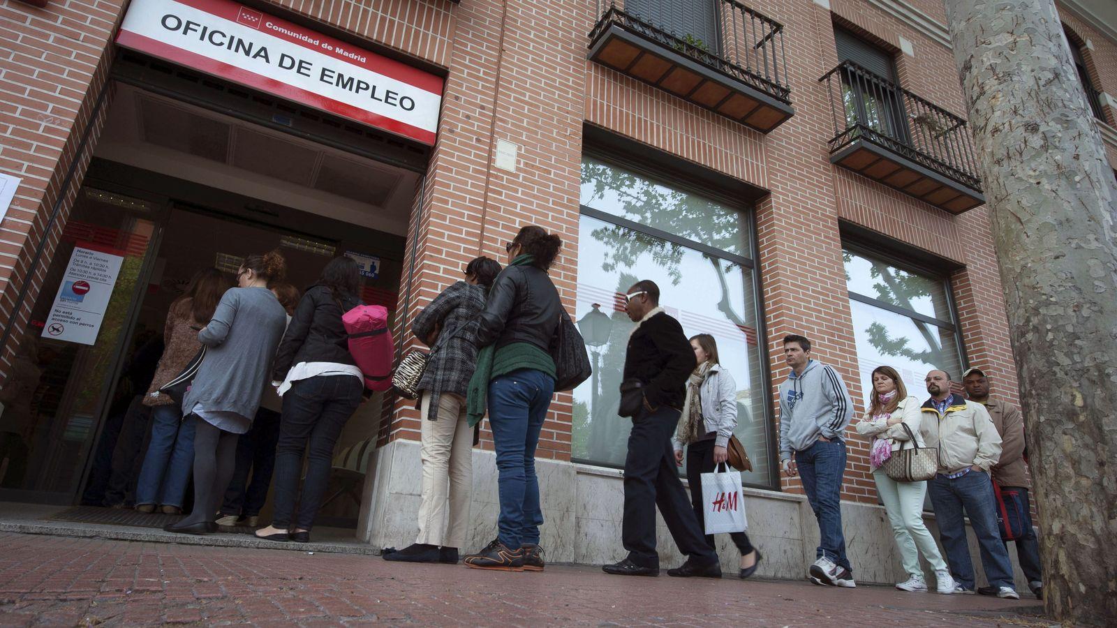 Foto: Un grupo de personas hace cola en una oficina del Inem en Alcalá de Henares (Madrid). (EFE)
